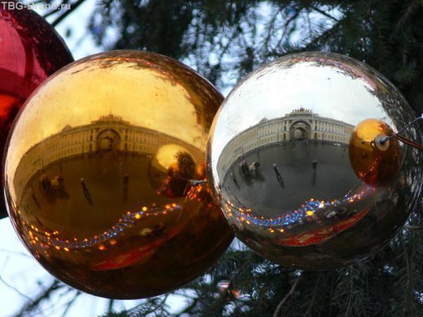 Дворцовая пл. в отражении шаров на новогодней ё.