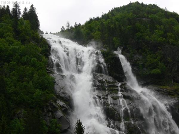 Первый и самый красивый водопад на пути.