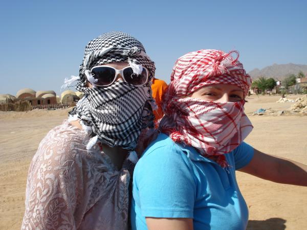 в образе бедуинов