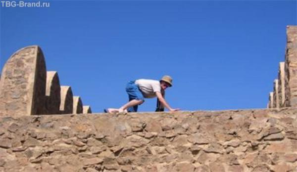 Отважный пират штурмует стену