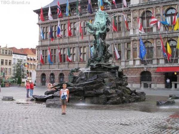 Антверпен, фонтан на площади