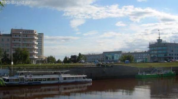 вид на площадь Бухгольца через Омку