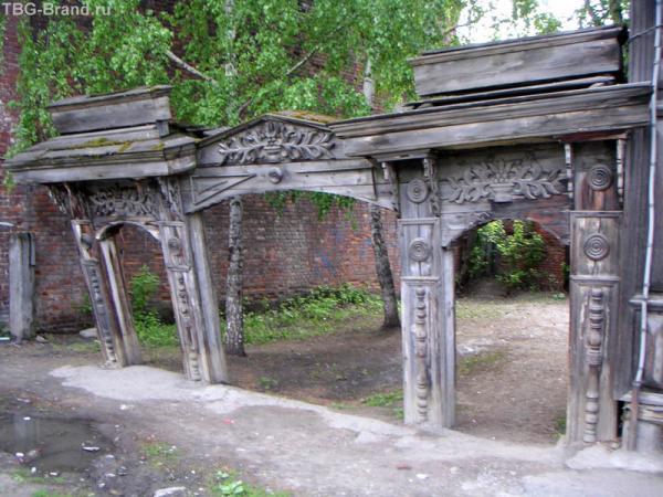 Подгулявшие ворота