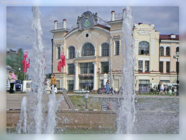 В центре у фонтана