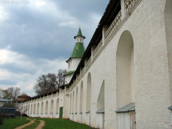 Стена монастырская