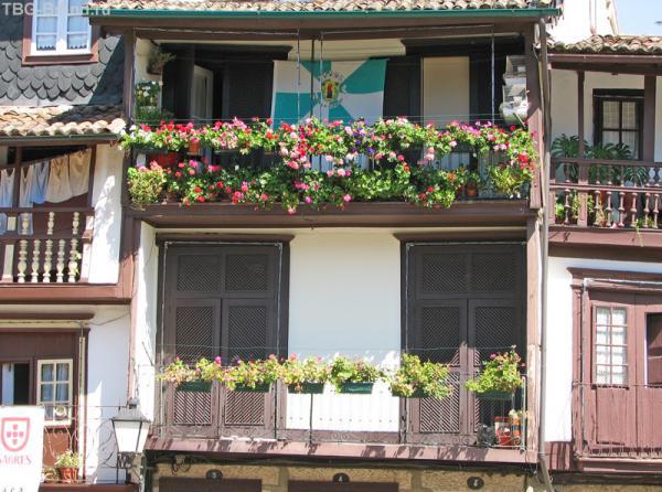 Балкон с цветами на площади Сантьяго