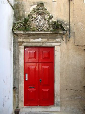 Красная дверь в стене