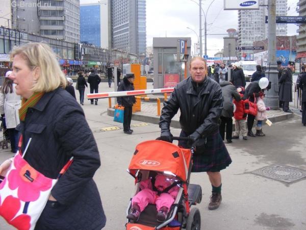 ирландский папа-мама в шотладке. Красавец-мужчина!