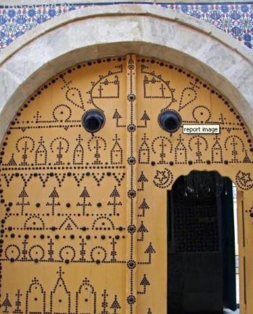 входная дверь в дом зажиточного многоженца
