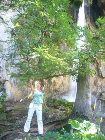 туда не пускали из-за не удобного спуска, но я проскользнула, чтобы сфотографироваться на фоне Гранд-водопада на всей территории нацпарка