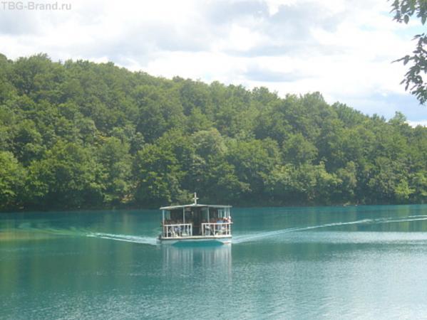 электропараход на котром катают туристов по озеру