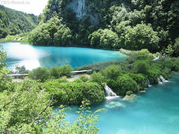 вот так плавно и перетекают озера. Всего 16 озер, соединены 92 водопадами и водопадиками