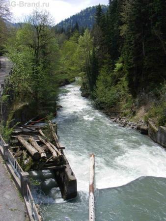 река, несущая воды из озера