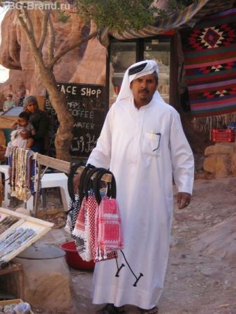 Владелец сувенирного бутика, пасположенного напротив театра