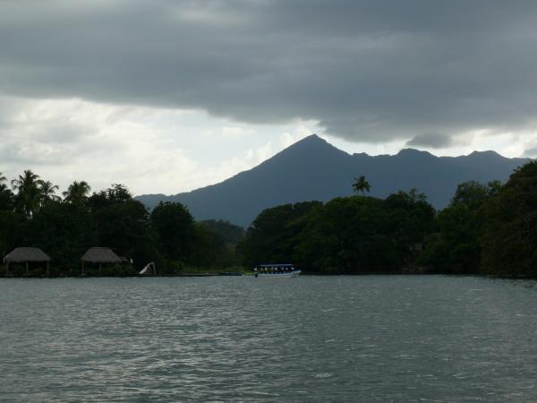 30.Вулкан Момбачо доминирует над озером и Гранадой.