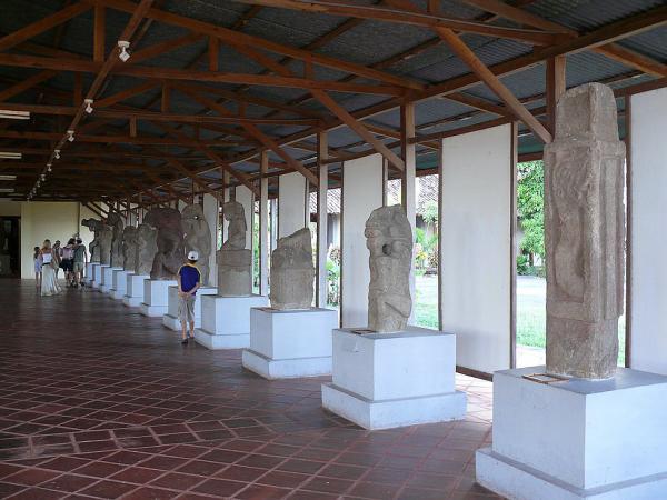 Зооантропоморфным статуям отведен просторный зал.