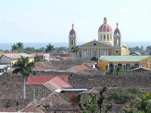 4.Гранада – наряду с Леоном старейший город Никарагуа. На заднем плане – Кафедральный Зачатьевский собор и ровная гладь озера Н