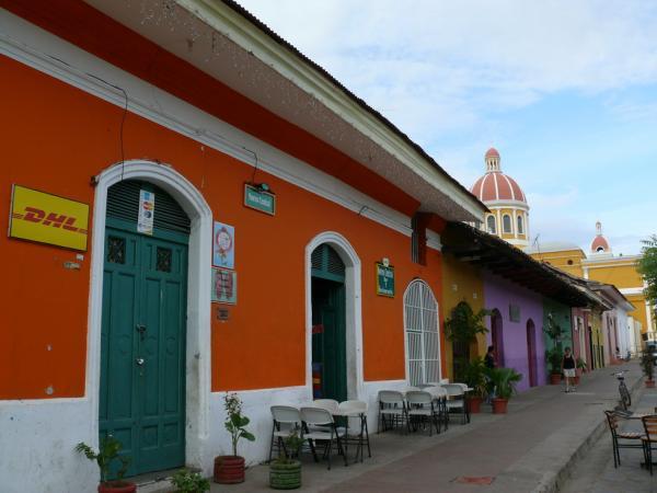 9.Улица Кальсада бежит от Собора к озеру Никарагуа. Это своеобразный «Гранадский Арбат».