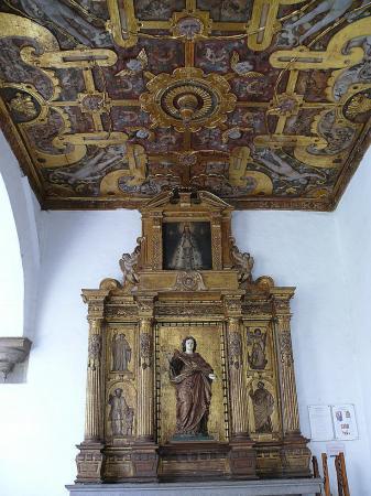 Алтарь в галерее монастыря Святого Франциска.