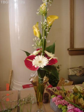 с красным цветком, изящно...