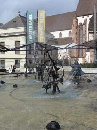 фонтан Фаснахтбруннен- детище Жана Тингли