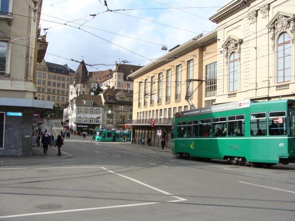 зеленые трамваи возят на другой берег, через мост