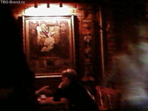 кофейня в Воронеже, на стенах словно черно-белые пленки с эротическими фотографиями...