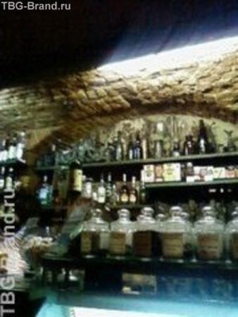 старое кафе.. с латунными кофемолками и овальными бутылками. ..