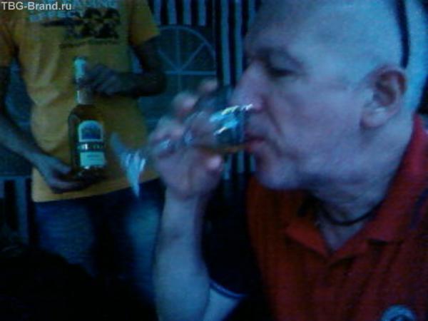 Алекс тестирует вино- а понравится ли оно гостям...