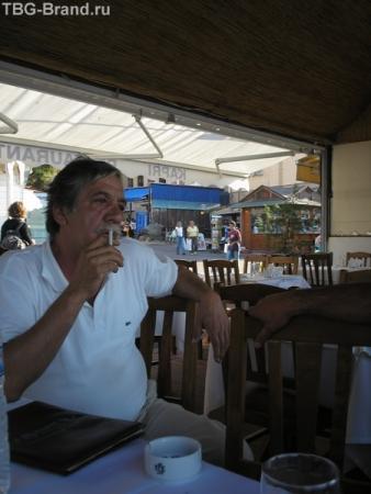 колоритный хозяин ресторана..грек с именем Георгиу Стамбулиади...