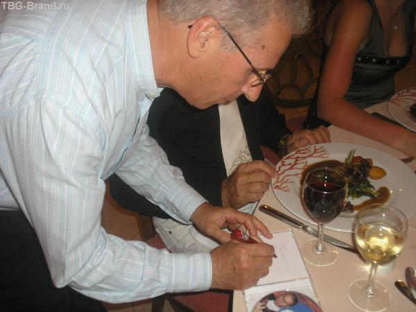 Христиан Каламарис дает автограф