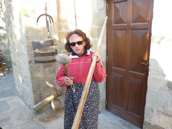 Дора показывает первый колокол