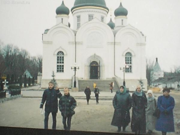 одноклассники на фоне монастыря