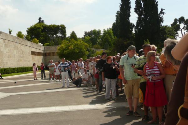 Туристы наблюдают смену почетного караула
