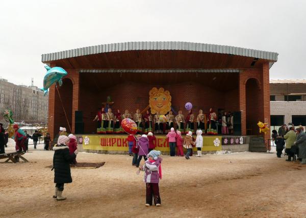 Представление на центральной площади городка