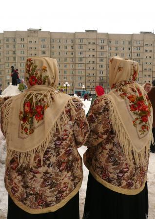 И разряженные в русские платки!