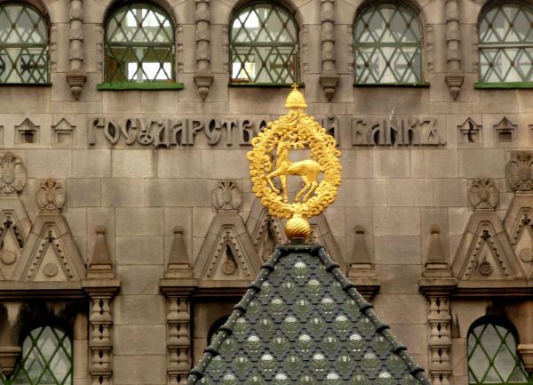 Олень украшает здание банка.