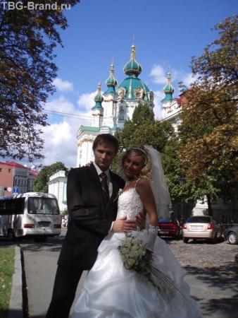 Молодожены у храма Св. Андрея Первозванного