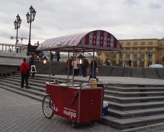 И необычные для Москвы жареные каштаны будут ждать тебя.