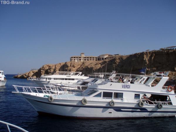 На таких белых катерках возят туристов в Рас Мухамед.