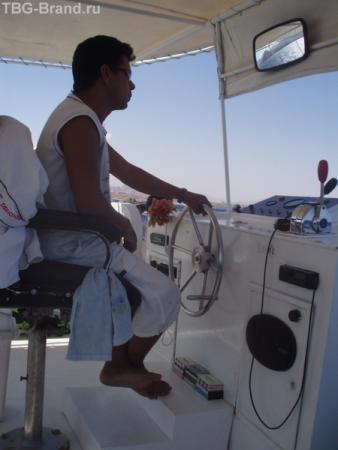 Рулевой всегда оставался на палубе и составлял мне компанию - показал как управлять катером.