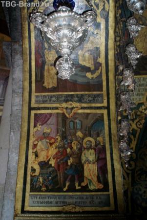 Храм украшен фресками и иконами.
