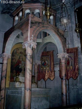 Весь Храм поделен на пределы, принадлежащие различным церквям. Это предел Армянской церкви.