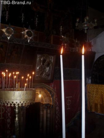 Свечи перед входом в пещеру рождения Иисуса.