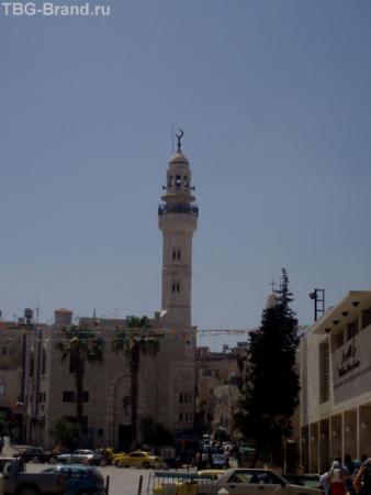 Близость религий поражает - прямо напротив христианской святыни расположена мечеть.