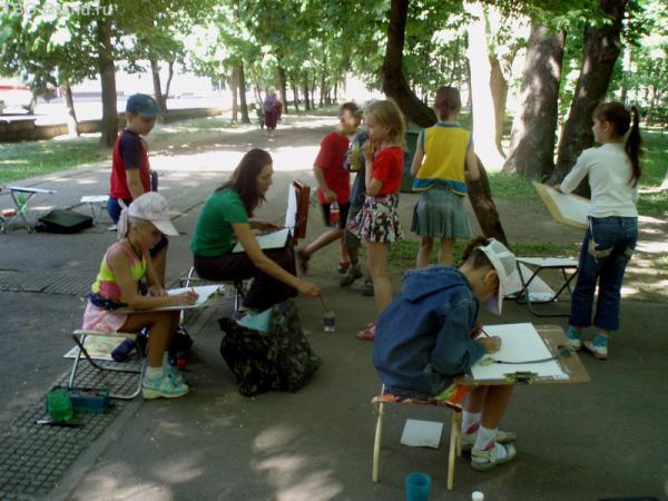 Стайки юных художников повсюду.