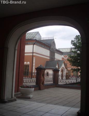 """в обычный день """"нет в Москве покойнее Лаврушенского переулка""""."""