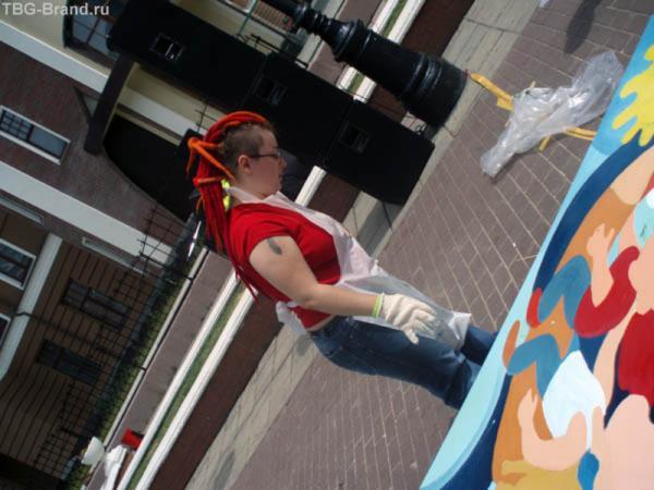 Настоящая художница - даже на голове ярко-красный шедевр