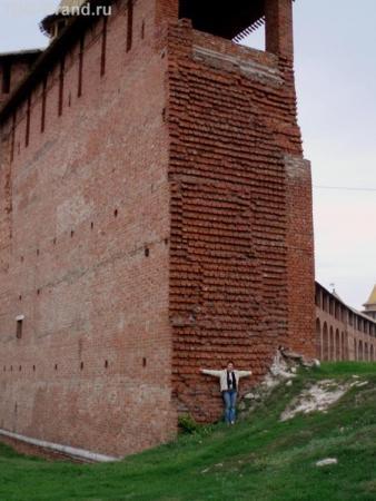 Такой толщины стены. Мелкий человечек у подножия - это я ))