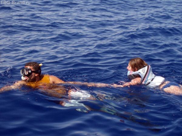 Спасательный жилет и внимательный инструктор.